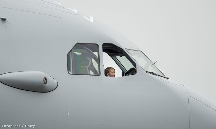 Mert nem látott még a világ egy olyan háromévest sem, akinek ennyire jól állna egy repülőgép!