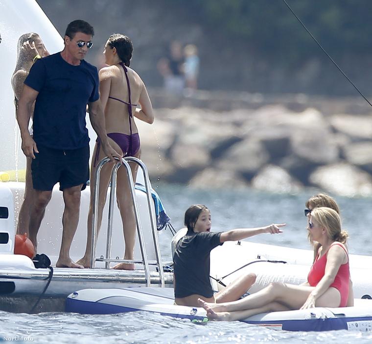 A színész fogta a családját, és a nyílt vízen, egy óriási hajón lazított...