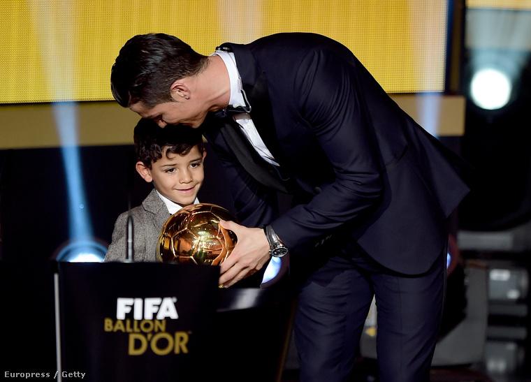2010 júliusában egy egyéjszakás kalandból megszületett fia, ifjabb Cristiano Ronaldo, akit a focista egyedül nevel.