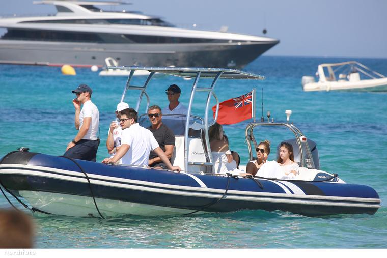 Sylvester Stallone és kiterjedt családja - felesége és lányai, illetve egy halom férfi - Franciaországban nyaralnak, a fotósok pedig ebéd előtt kapták el őket.