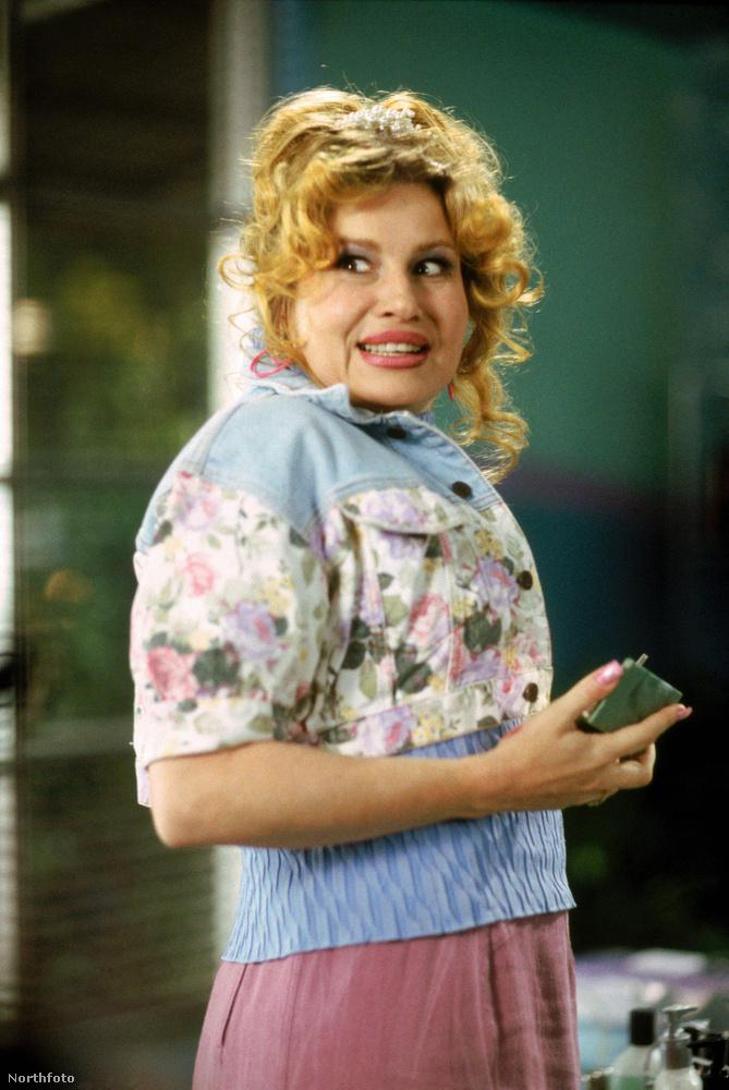 Ha nem tűnt volna fel, a filmben szerepel még Jennifer Coolidge is, aki Stifler mamájaként híresült el.