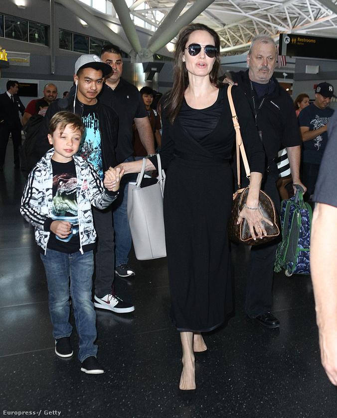 Az utóbbi években megszokhattuk, hogy Angelina Jolie-t és gyermekeit legfeljebb reptéren, rohanás közben örökítik meg a fotósok