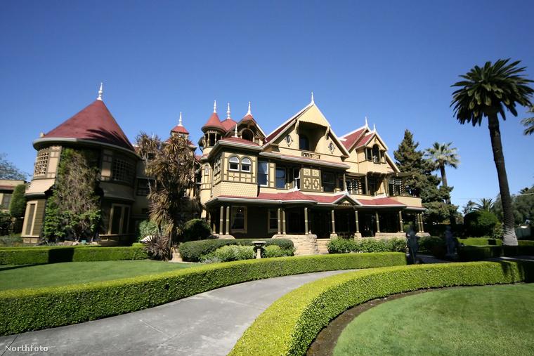 A palota méreteit jól mutatja, hogy összesen160 szobát, köztük 40 hálószobát és két báltermet sorakoztat fel