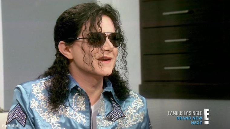 Az a hobbija, hogy Michael Jacksont utánozza.