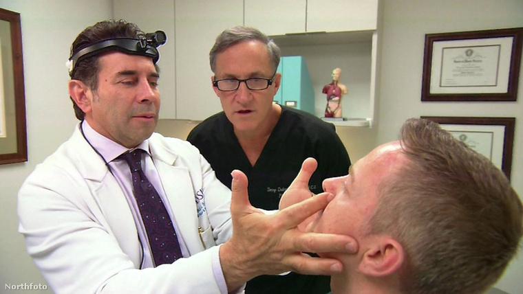 A két doktor, Terry Dubrow és Paul Nassif kissé meg is rémült a kéréstől, majd elmagyarázták, hogy mi is lenne a plasztikai műtét következménye.