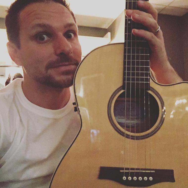 Bátyja, Drew Lachey gitározik