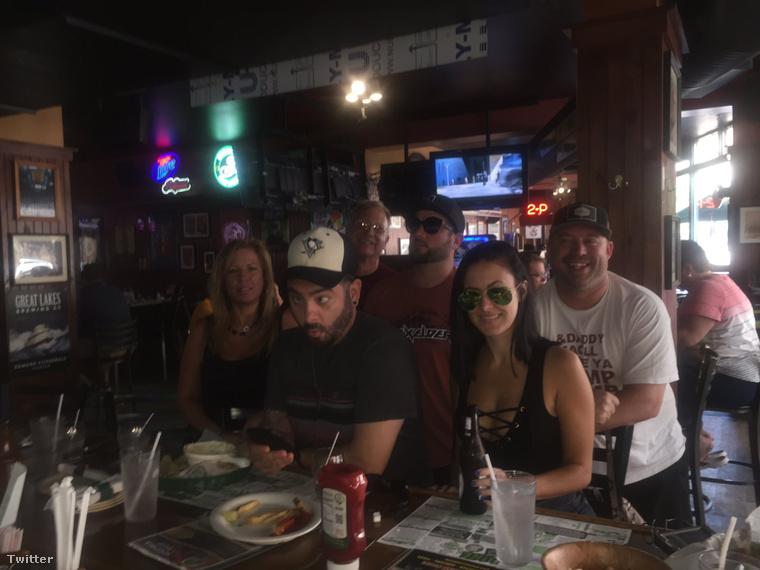 Chris Kirkpatrick pedig leginkább barátaival lóg a bárban