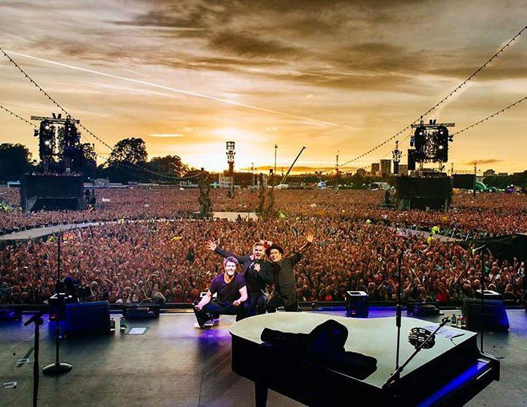 Jason Orange-nak se híre se hamva a közösségi oldalakon, viszont a Take That maradék három tagja, Gary Barlow, Howard Donald, na meg Mark Owen annyira aktívak, hogy ez a fotó nemrég készült róluk a Hyde Parkban, egy Take That koncerten