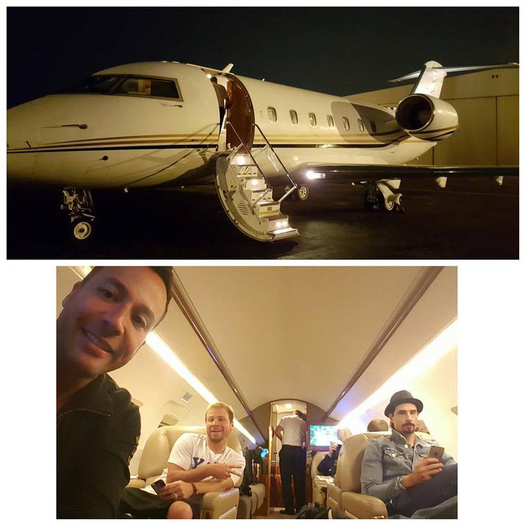 Amikor pedig nem családjával utazik, akkor a Backstreet Boys-zal turnézik