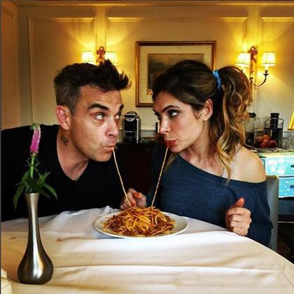 Robbie Williams nagyon aktív Instagramon, és jól láthatóan nagyon szereti feleségét, akivel Susi és tekergőset játszottak