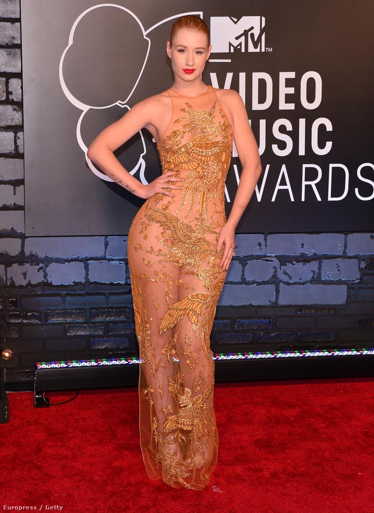 Iggy Azalea a 2013-as MTV VMA-n lépett vörös szőnyegre ebben a nagyon testszínű és nagyon csipkés áttetsző ruhában.