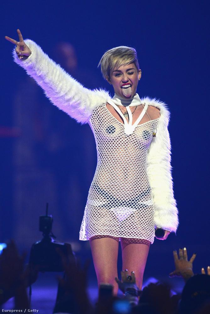 Miley Cyrus ugyancsak 2013-ban, de már az iHeart Radio zenei fesztiválra ment egy fekete bimbótapaszokkkal kiegészített hálóban.De csak ezután indult be igazán a meztelen-ruha divatja!
