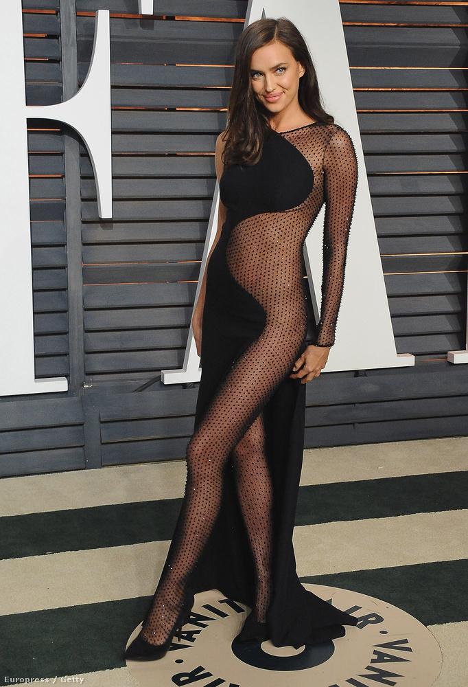 Rihanna a CFDA-s ruhájával gyakorlatilag divatba hozta az átlátszóságot, így a 2015-ös Oscar utáni Vanity Fair partijára Irina Shayk is egy alig valamit takaró ruhában érkezett...