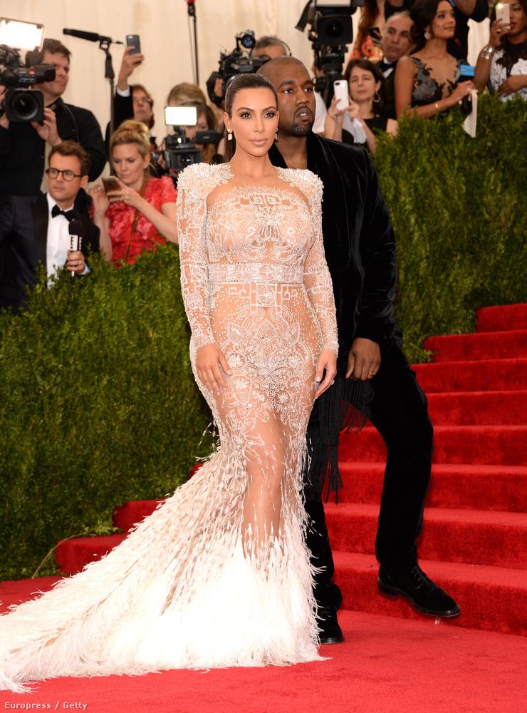 Mert az áttetsző csipkeruhák divatja a 2015-ös MET gálán csúcsosodott ki, amikor az ott megjelent celebnők kivillant bőrfelületeiből gyakorlatilag össze lehetett volna rakni egy meztelen nőt