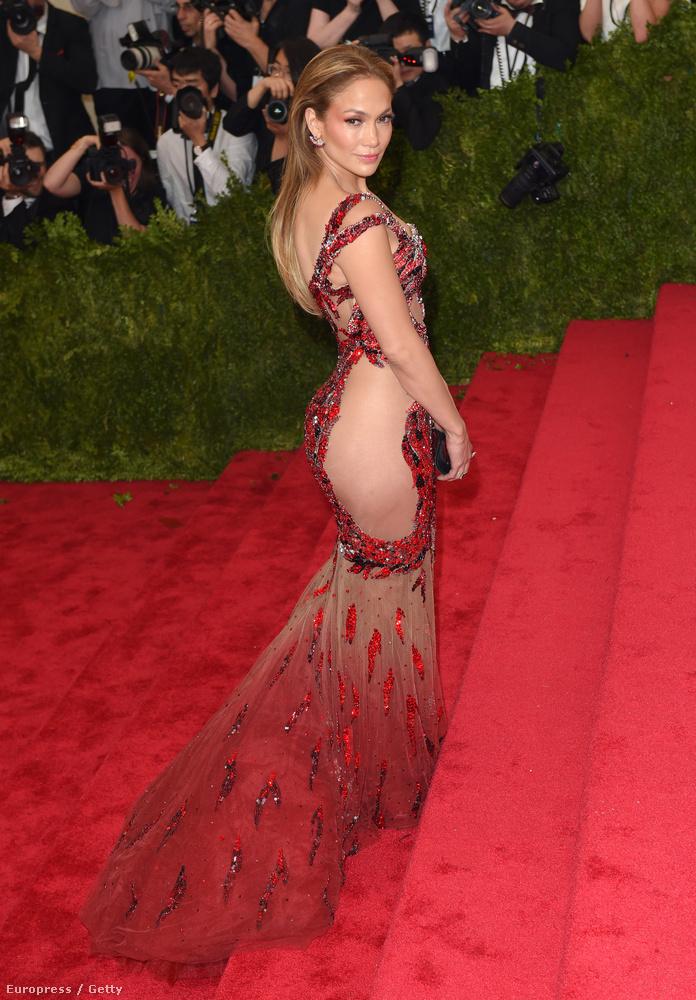 A harmadik hasonlóan sokat mutató ruhában Jennifer Lopez jelent meg