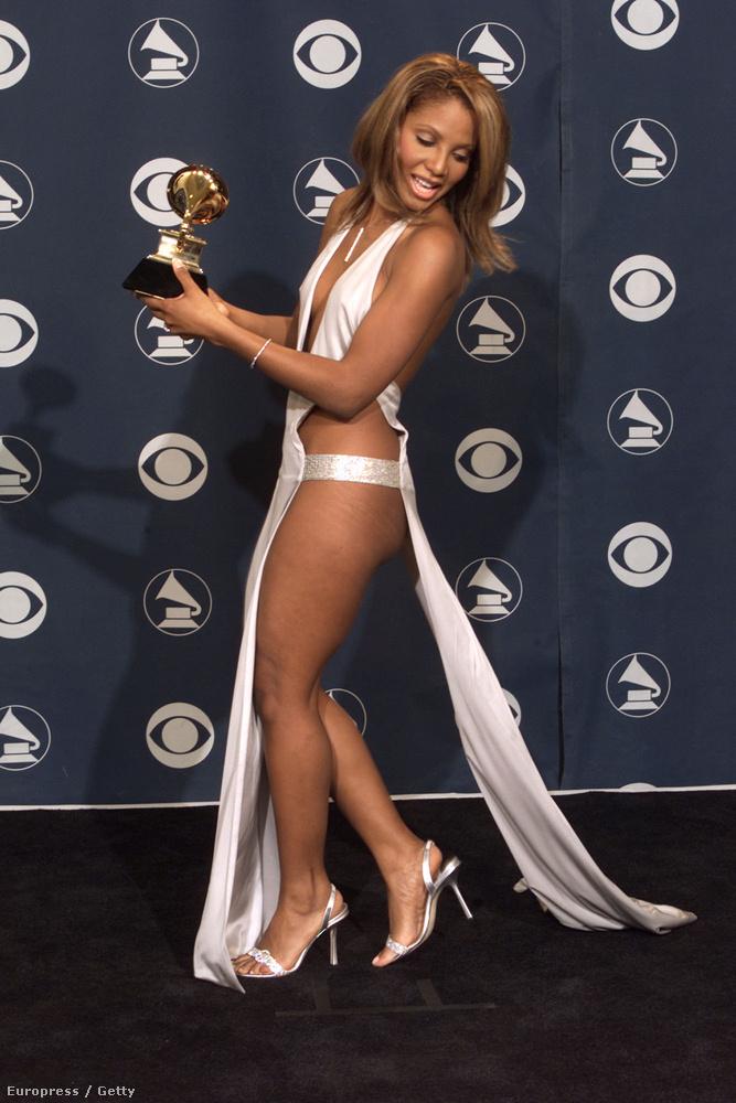 2001-ben a Grammy díjátadón Tony Braxton volt az, aki nem vitte túlzásba a textilt
