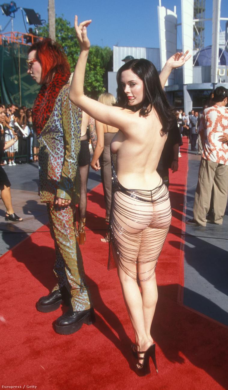 Az 1998-as MTV VMA-n Rose McGowan sokkolta a világot ruhának nehezen nevezhető öltözékével