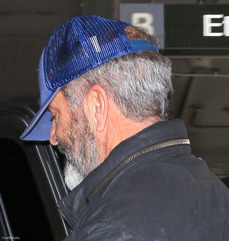 A fotósok minden szögből megörökítették az épp távozó szakállas színészt, aki mostanában a Passió folytatásán dolgozik.
