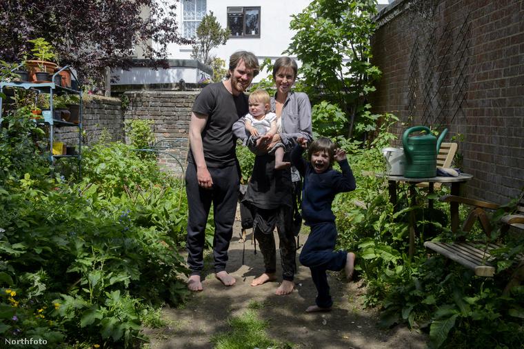 Mintha egy hétköznapi családot látnánk a képen, pedig nagyon nem azok.