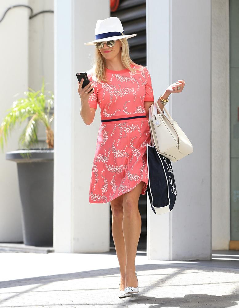 Végezetül jó, ha tudja, hogy Reese Witherspoon vezeti a Pacific Standard nevet viselő produkciós irodát, aminek olyan filmeket köszönhetünk, mint a Holtodiglan vagy a Vadon