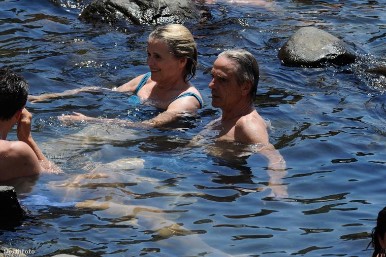 Ezért vannak most feleségével és barátaikkal Ischia szigetén, ami nem mellékesen vulkáni eredetű.