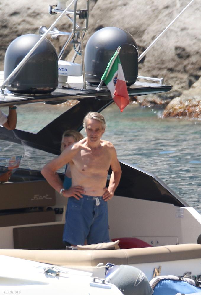 Az Oscar-díjas színész épp Olaszországba nyaral.                         Éppenséggel megteheti, hogy így 67 évesen a tengerparton pihengessen, hisz a Borgiak című sorozat óta nem kell annyira megszakadnia a munkában.