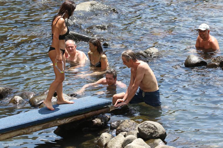 Így fürdőzik Jeremy Irons és a haverok.