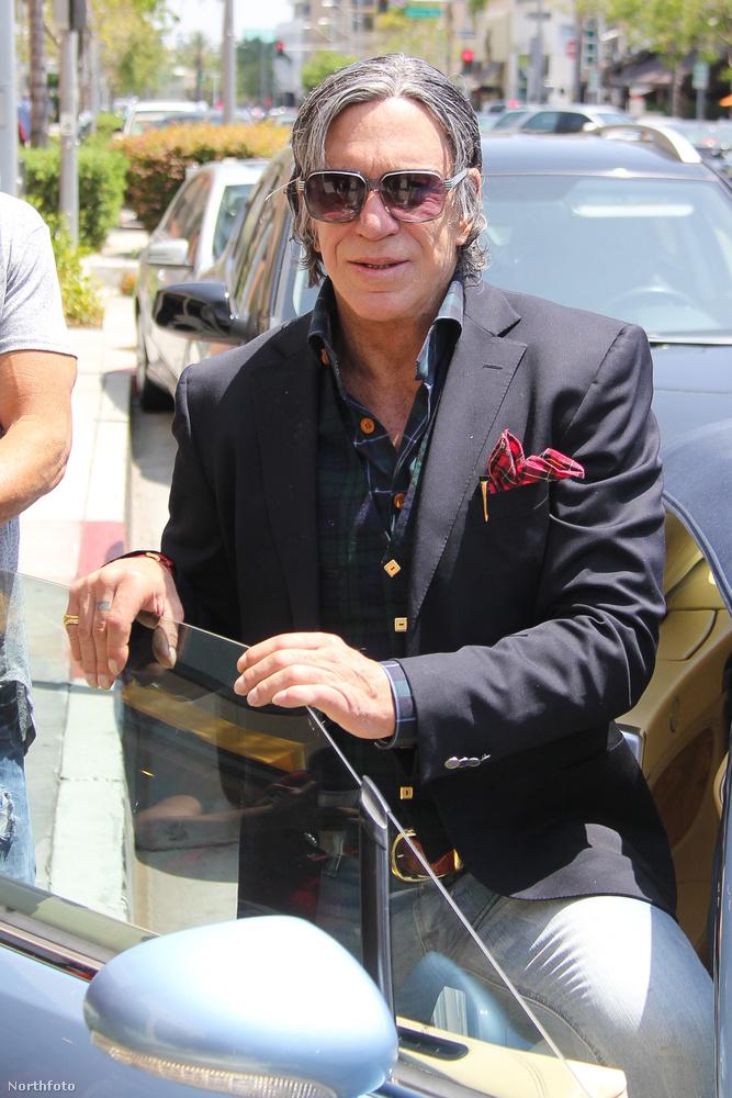 A 63 éves színész az évek során többször is átplasztikáztatta az arcát, szinte felismerhetetlenek a vonásai                          a fiatalkori önmagához képest.