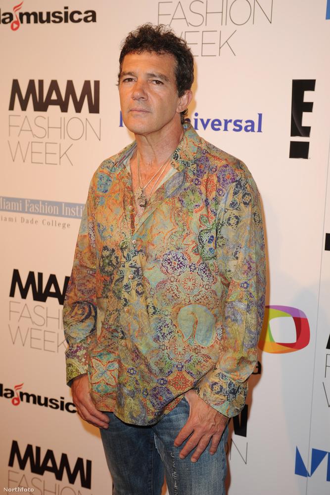 Az 55 éves színész tizenhat évvel később, 2015-ben szakmát váltott, és úgy döntött, divattervező lesz.                          A kép a Miami divathéten készült róla, ahol szakértő szemmel vizslatta a divatbemutatókat