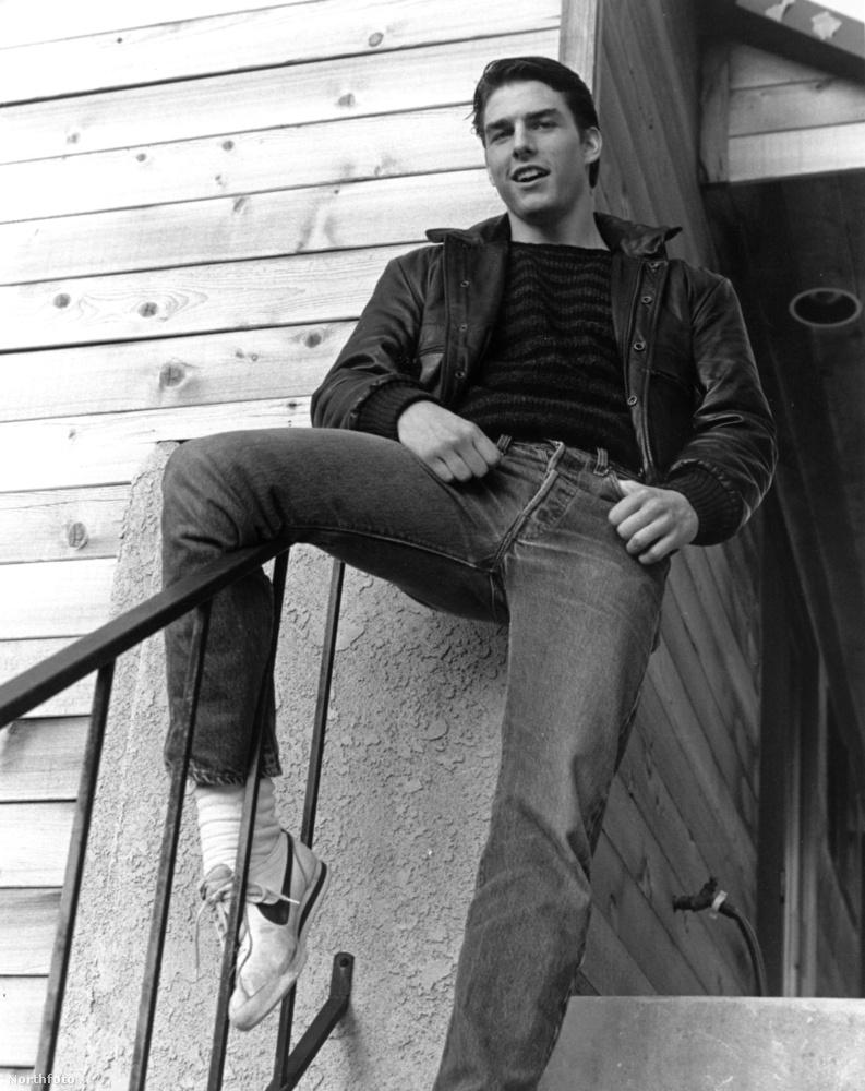 Tom Cruise 1983-ban, 21 évesen ült ilyen lazán a lépcsőkorláton, a jelenet A kívülállók című filmből van