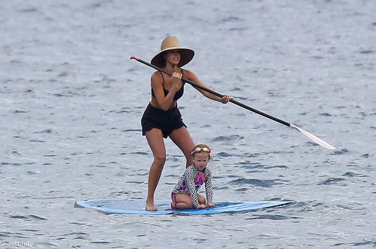 De arról se feledkezzünk meg, milyen ügyesen űzi el a lánya körül legyeskedő medúzákat