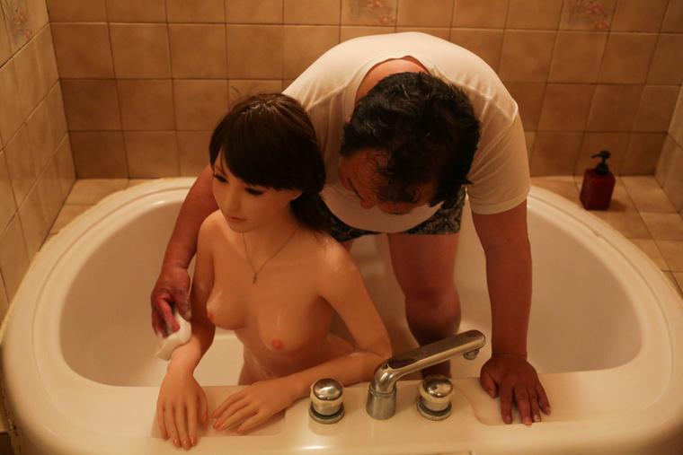 Nakadzsima Szendzsi azóta fürdeti, ...
