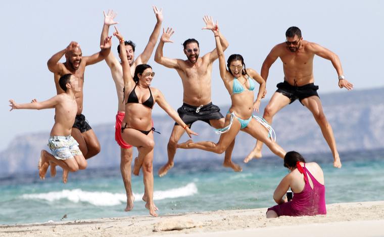 Itt éppen azt láthatja, hogy összehangoltan ugranak a levegőbe barátaikkal egy fotó kedvéért.