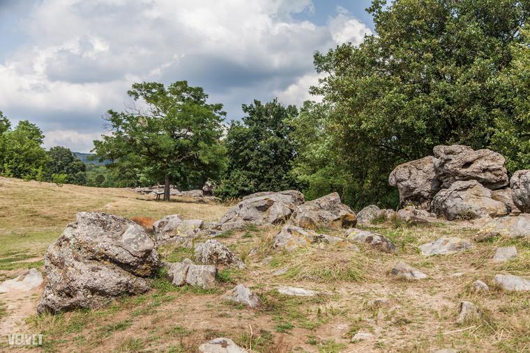 Képzeljen csak el egy hatalmas mezőt, ami úgy néz ki, mintha ráomlott volna egy brutális méretű sziklafal.