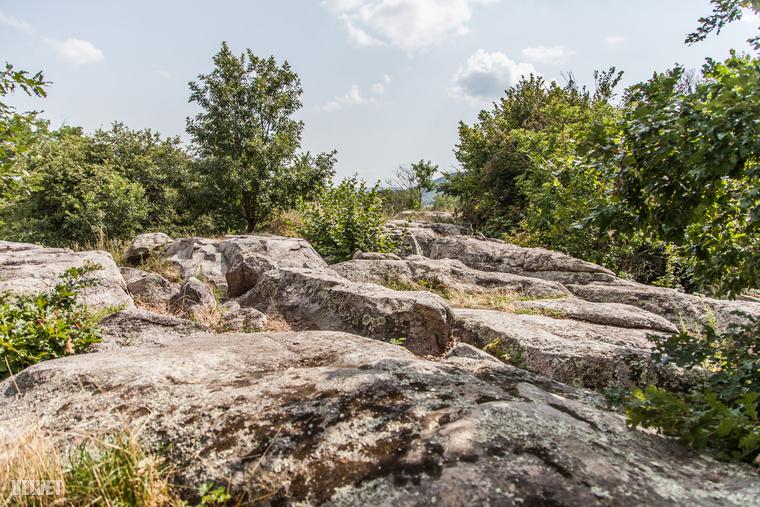 A kövek egyébként úgy kerültek ide, hogy egykor az itteni intenzív vulkáni tevékenységet követően feltörő kovasavak, hévizek a laza homoküledékeket összecementálták, ezeket pedig aztán a szél, a csapadék, az erózió tovább formázott.