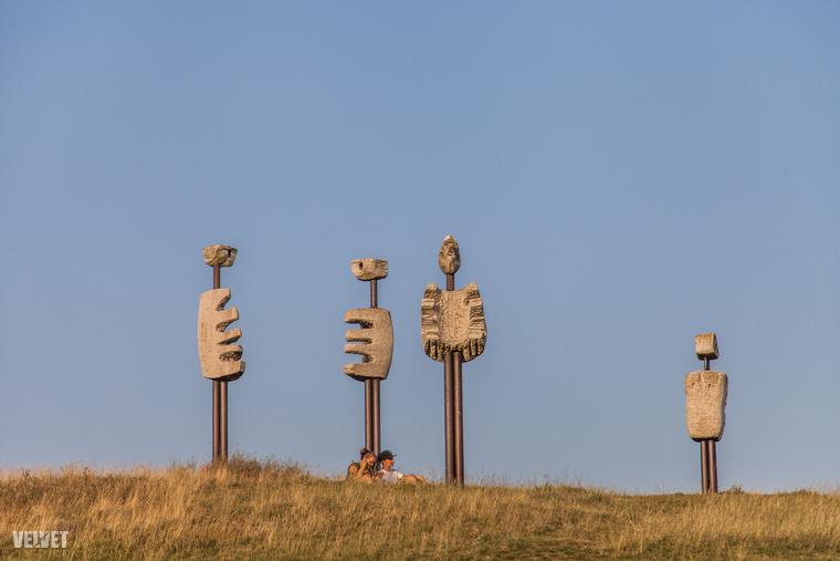 A Kornyi-tó melletti dombra Veszprémi Imre szobrászművész 1986-ban készítette el a figurákat acélcsövekből és mészkőből.