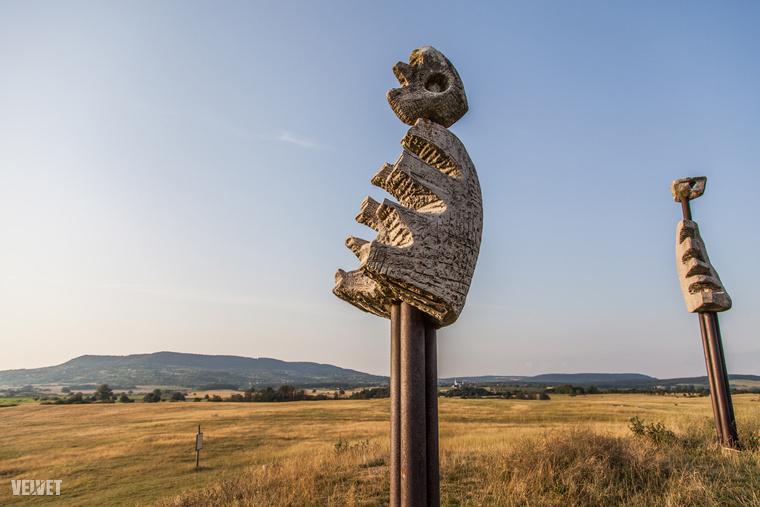 A szoborcsoport neve az Emberi komédia címet kapta - némelyik több mint három méter magas.