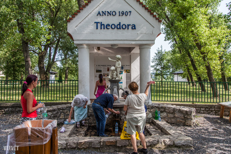 Ha pedig a sok falu után már nagyon megszomjazott, csak álljon meg a Theodora forrásnál, ahol nagy valószínűséggel sorba kell majd állnia a palackozó nénik mögött.