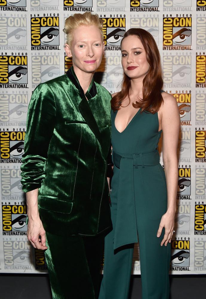 Brie Larson és Tilda SwintonSwinton a Doctor Strange-ben szerepel, aminek szintén bemutatták a legújabb trailerét