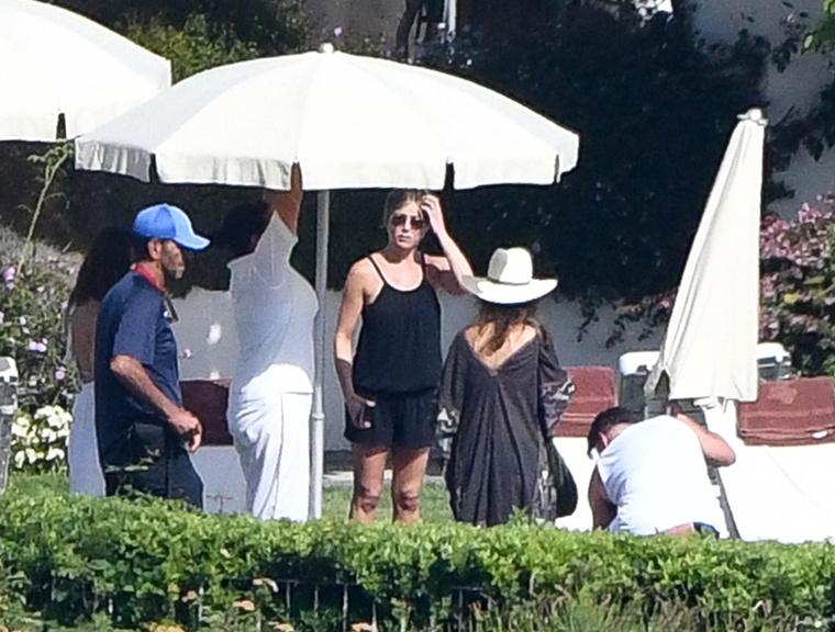 Jennifer Aniston éppen a barátaival pihen Olaszországban, ezért mutathatunk róla néhány nyaralós képet.