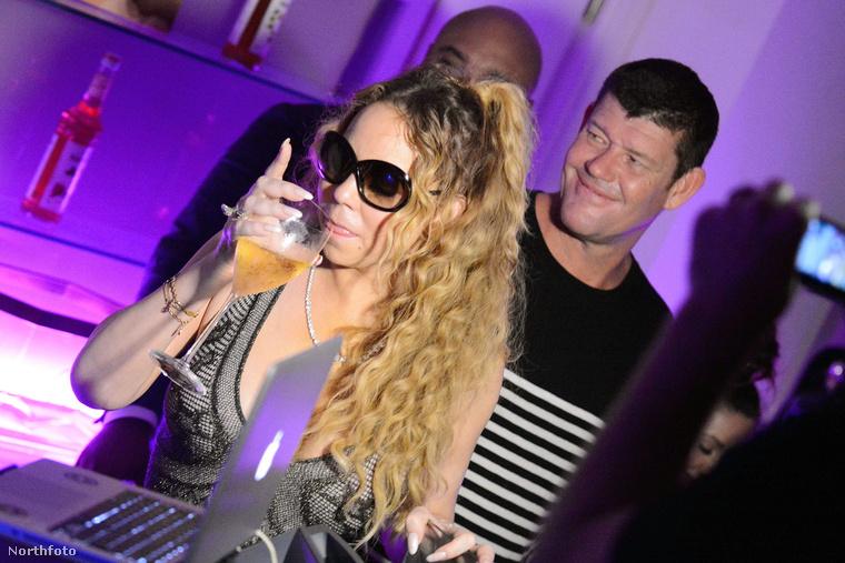 De hogy ne csak a romantikus idillről mutassunk fotókat, nézzék meg, milyen jó volt a buli: Carey pezsgőt ivott,
