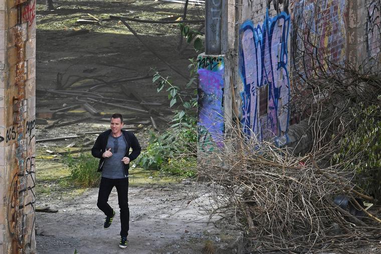 Renton (Ewan McGregor), Spud (Ewen Bremner) és Sick Boy/Betegsrác (Jonny Lee Miller) mind heroinfüggők, ez tartja őket össze
