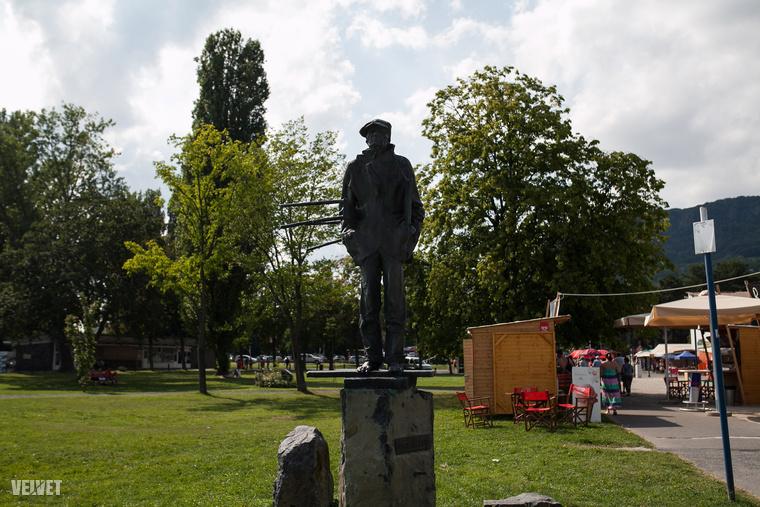 Egry József avantgard festő mezítlábas szobra mögött nem csak a fabódék étel-ital kínálatából válogathat, hiszen a füves terület kiváló piknikhelyszínt is nyújt.