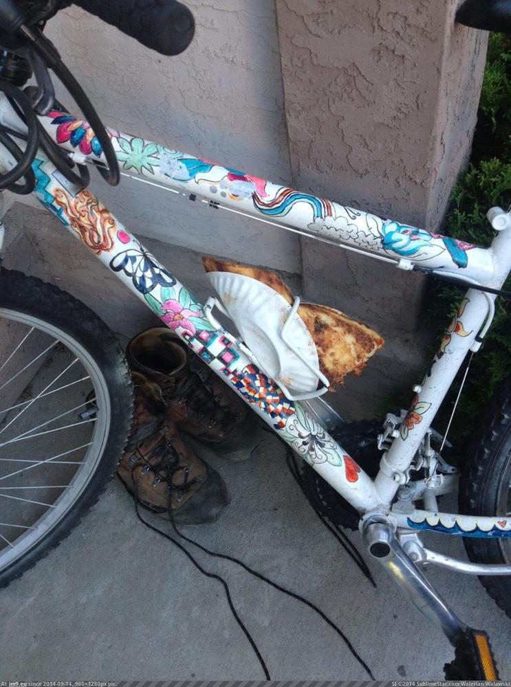 Egy előrelátó bulizó, aki tudta, hogy még jól fog jönni az a pizzaszelet.
