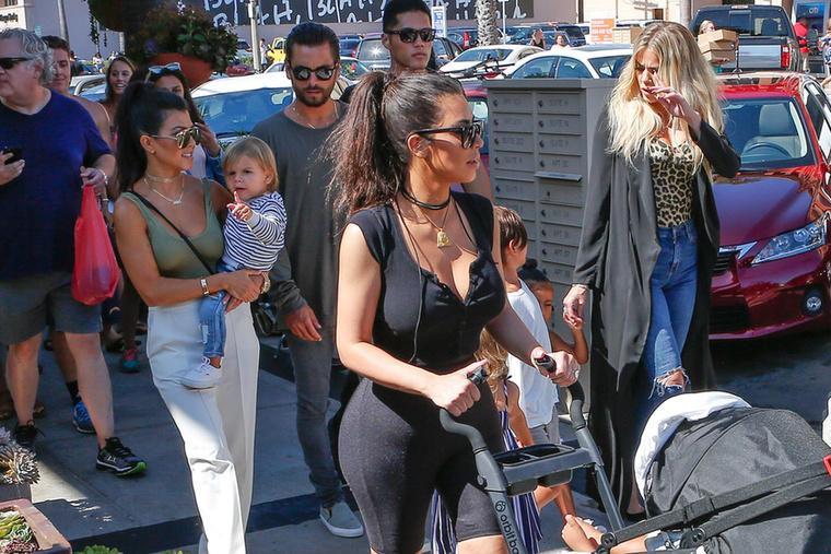 A másik sétáló anyukánk Kim Kardashian, aki a nemcsak úgy sétált, San Diego volt az úti cél
