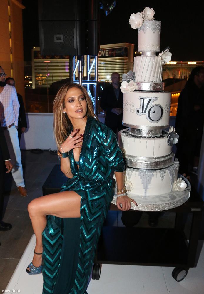 És óriási tortája van