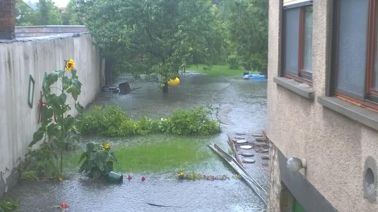 A kertjét és a szomszádokat is elárasztotta a víz.