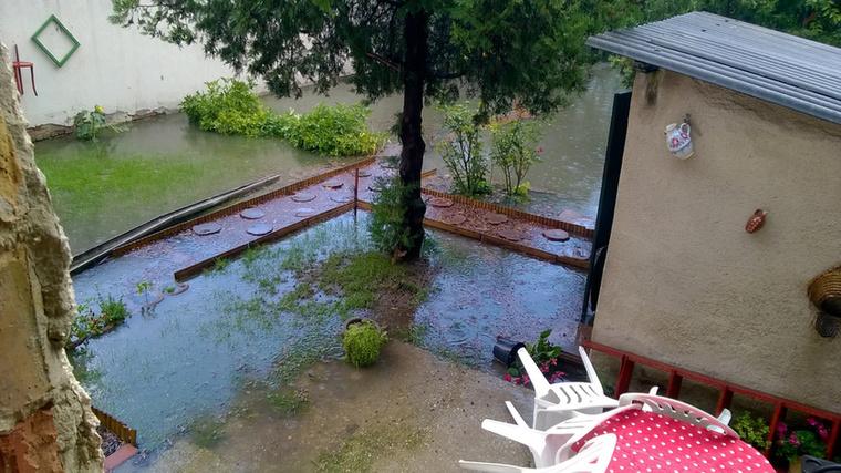 És nem egy kiöntött folyó vagy patak, hanem az eső miatt történt mindez.
