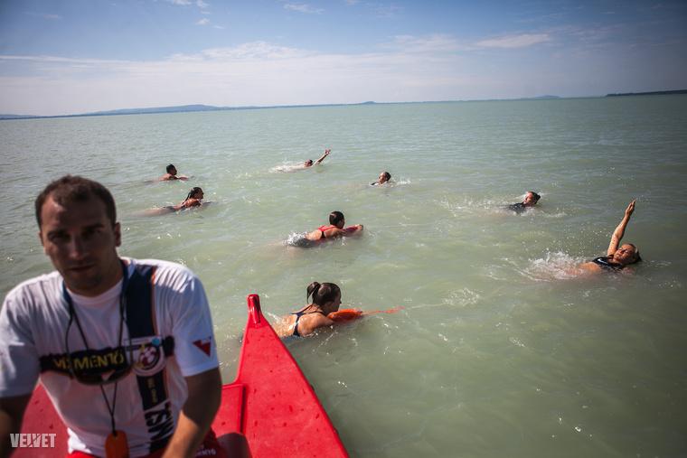 Ők például két órán keresztül csak azt gyakorolták, hogyan lehet kimenteni egy fuldokló embert a vízből.