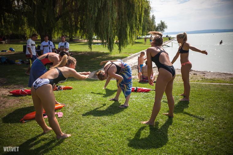 Azok, akik első körben 12 perc alatt nem tudtak leúszni 400 métert, el sem kezdhették a képzést.                         Tízen már a beugró úszásnál elvéreztek.